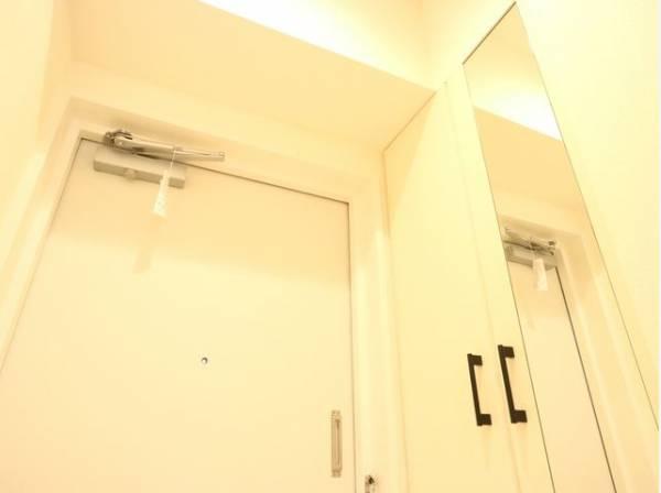 明るく清潔感ある色合いの玄関。安らぎに満ちた生活空間を予感させてくれます。