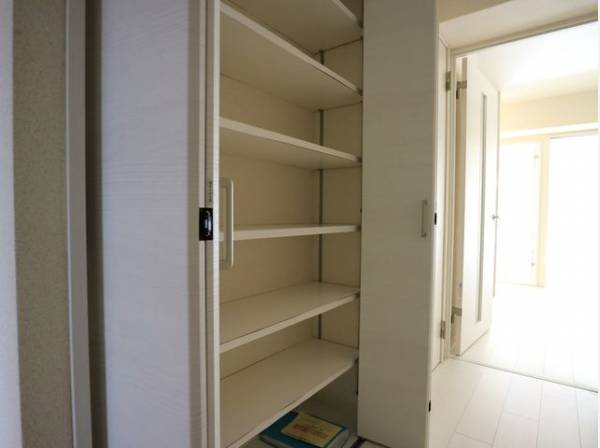 無駄を省き有効に活用した収納スペース。棚も設置して便利な収納になっております。