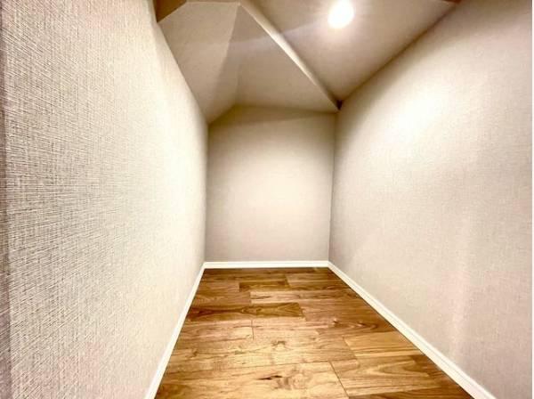 多用途に使用できる階段下収納。清潔感のある空間を保てます。
