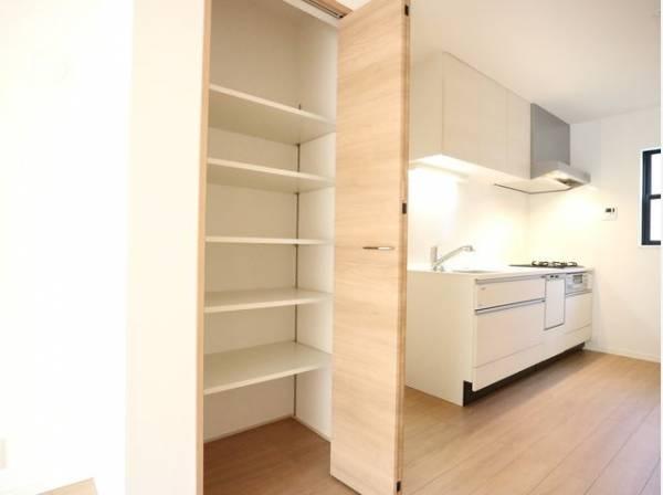 キッチン横に収納スペースが設けられています。