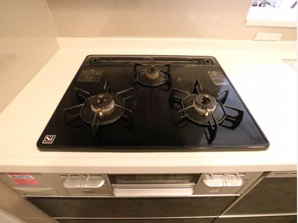 3口コンロ付のシステムキッチン!お料理の効率も上がります。