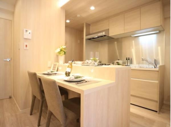 キッチンには、食事ができるカウンターテーブルをご用意。コミュニケーションがとりやすいオープンな空間です。