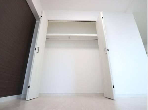 リビングにも収納スペースを確保。余計な家具を置く必要がないので、シンプルですっきりとした暮らしが実現しています。