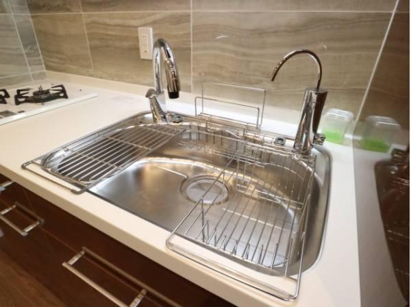 キレイなお水がいつでも、安心して飲める浄水器水栓付き。おしゃれな水栓デザインです。