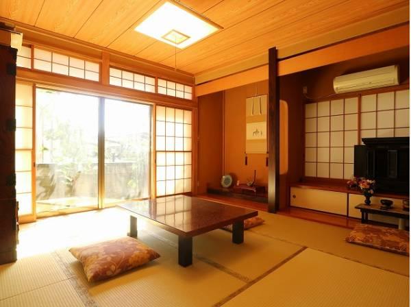 客間になったり、寝室になったりとなにかと便利な和室は約8帖のスペースを確保。井草の香りがやすらぎを与えます。