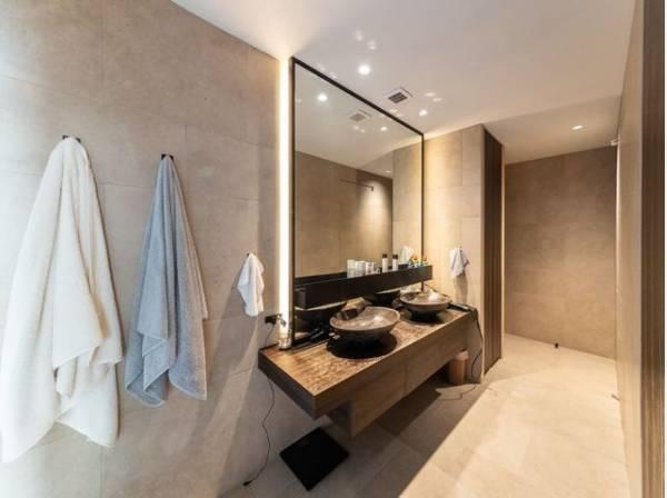 2ボウルの洗面台で忙しい朝もご家族でゆったりと身支度ができます。リラックスして優雅なひと時をお過ごし下さい。
