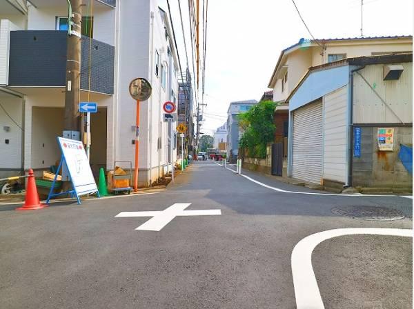 前面道路は道路幅4.55mあり駐車も安心です。
