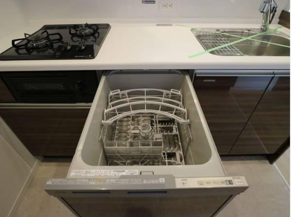 ビルトイン食洗機は、作業台が広く使え、見た目もスッキリ。節水や節電機能も充実して奥様の家事の手助けをしてくれます。