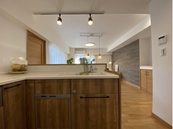 開放感を高めながらも、お料理中はちらかりがちな手元を隠せる対面式キッチン。