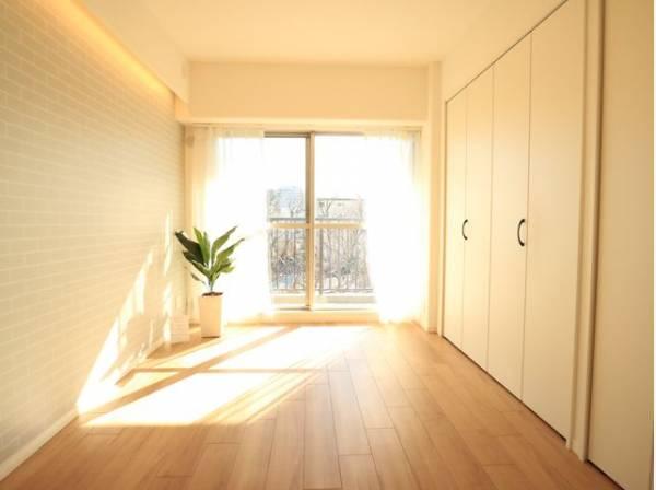 住まう方自身でカスタマイズして頂けるように「シンプル」にデザインされた室内。静かな環境でリラックスタイムをスタートさせてください。