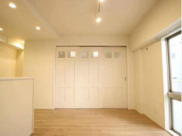 洋室との間仕切りは三枚扉になっており、圧迫感がありません。仕切って寝室にも、開放して大空間のリビングにもなります。