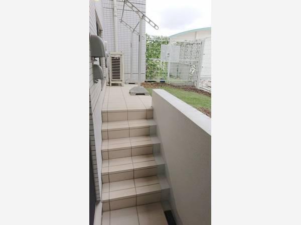 バルコニーから階段を上がるとテラスと専用庭があります。テラスでランチしたりディナーしたり、夏の時期は庭にプールを置いたり、住まわれる方によって使い方も変わるもうひとつのリビングです。