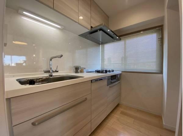 壁付けタイプのキッチンはお料理に集中もでき、配膳の導線もスムーズ。メリットが豊富なキッチンです。