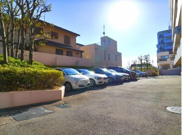 敷地内駐車場は月額28000円で利用可能です。