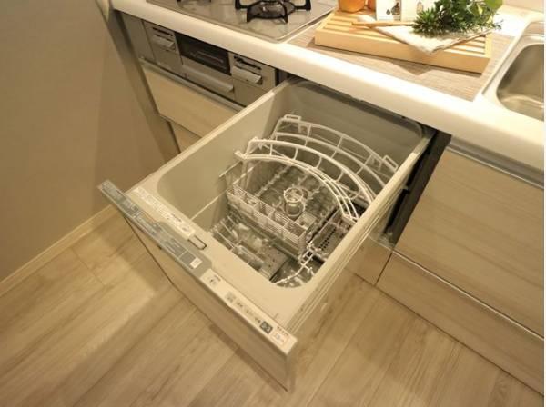 食器を洗っている間にお掃除など、様々なシーンで家事の時短に役立つ食洗機。省スペースのビルトインタイプを採用致しました。