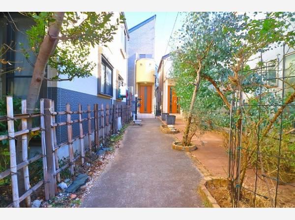 建物までのアプローチが住まう方や訪れる方を優雅に導く、緑を感じる落ち着いた佇まい。