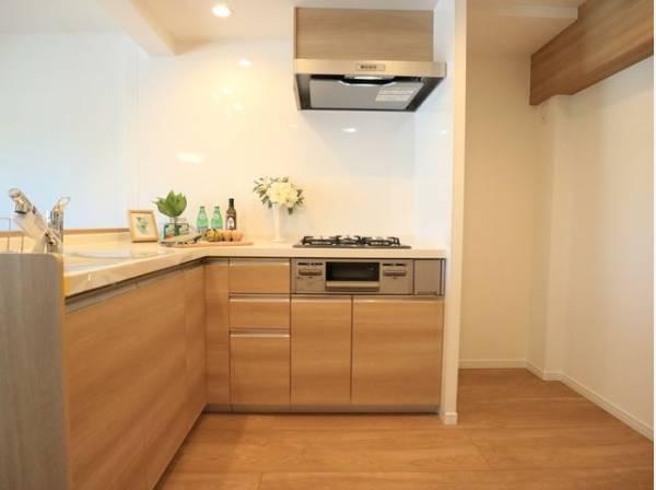 L字型キッチンはワークトップが広く、電化製品を置くスペースもあり使い勝手に優れたキッチンです。
