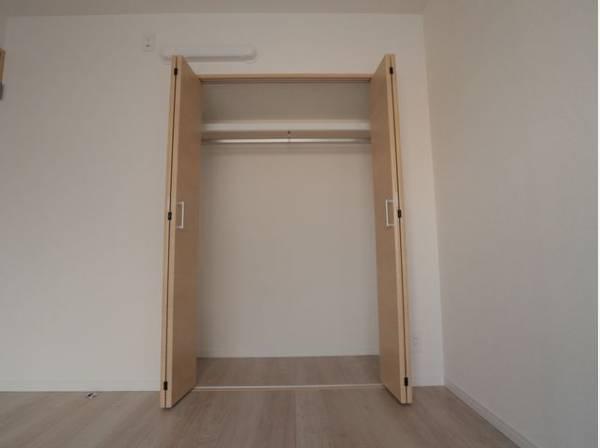 充分な収納スペースを確保。ワードローブをスッキリ収納できます。