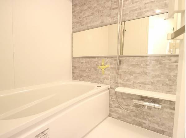 美しいツヤとなめらかな肌ざわり。水や汚れをはじき汚れにくくお掃除ラクラクの浴槽です。浴槽へもまたぎやすいよう配慮されています。また、シャワーヘッドの位置が変えられるので使い勝手がとても良いです。