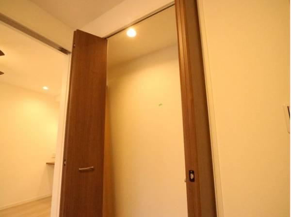 収納スペースを確保。居室内に余計な家具を置く必要がないので、シンプルですっきりとした暮らしが実現しています。