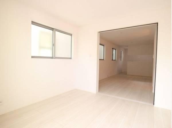 隣接するリビングとの色味を合わせた、落ち着きのあるお部屋。引戸を開放すれば、広々大空間になります。