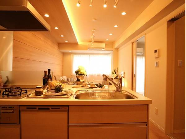 リビングと一体化した対面キッチンは、料理中もご家族を優しくつなぎます。おしゃべりは絶やすことなく、小さなお子様を見守ることもできる機能的なキッチン。