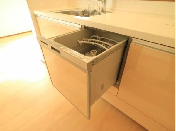 ビルトイン食洗機は、作業台が広く使え、見た目もスッキリ。節水や節電機能も充実して家事の手助けをしてくれます。空いた時間で趣味の時間も充実しそう♪