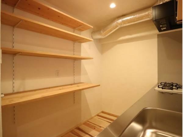 キッチンの後ろには収納スペースが設けられています。