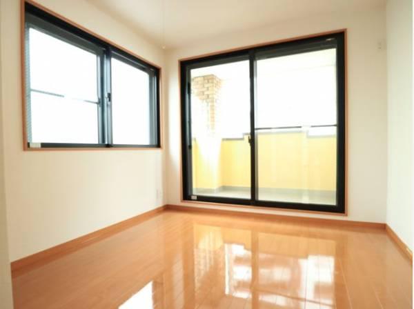 各居室に窓有り。ゆったりとした幅の窓からこの空間に降り注ぐ採光が絶えません。