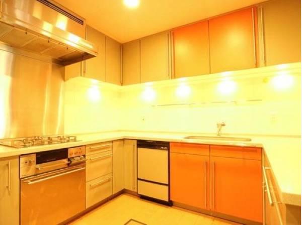 コの字型キッチンはワークトップが広く、電化製品を置くスペースもあり使い勝手に優れたキッチンです。手の込んだお料理も効率よく作れます。