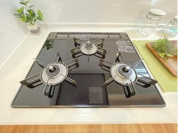 三口コンロで効率アップ!使い勝手の良さを考えました。受け皿のないフラット天板でお手入れラクラク。