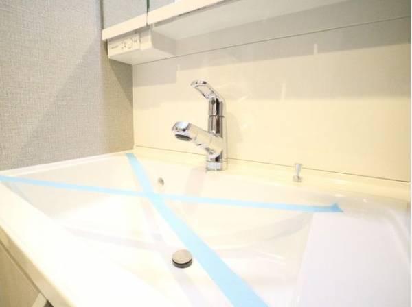 毎日使う場所だからこそ、使い勝手を考慮しました。白を基調とした清潔感のある洗面化粧台。
