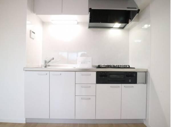 ホワイトを基調とした清潔感のあるキッチン。使い勝手の良いキッチンで効率よくお料理。