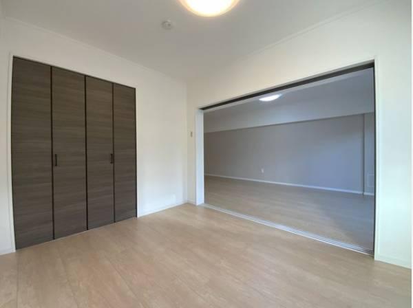 隣接するリビングとの色味を合わせた、落ち着きのあるシンプルなお部屋。収納もたっぷり。