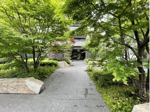 美しい植栽が上質な邸宅への期待感を高めながら、住まう方や訪れる方をエスコートします。