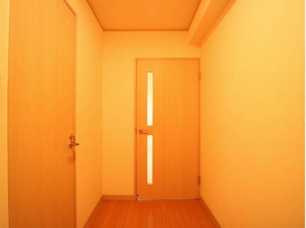 バルコニーから玄関まで自然と風が通り抜けそうな廊下。柔らかな印象があります。