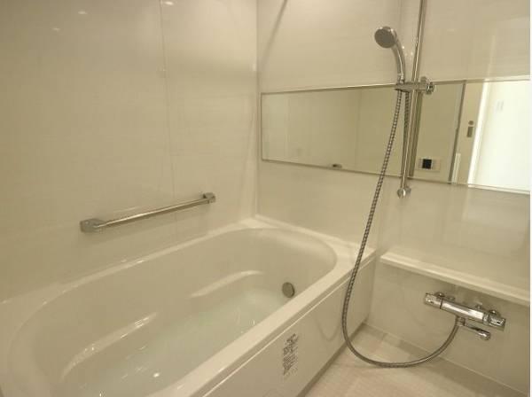 清潔感と和らぎあるカラーで統一し、ゆったりお使い頂ける柔らかな曲線で構成された、半身浴も楽しめるバスタブが心地よさをもたらします。