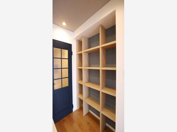 リビングに一歩足を踏み入れると、シンプルなデザインの壁面収納が出迎えてくれます。本棚や飾り棚として活躍しそうです。