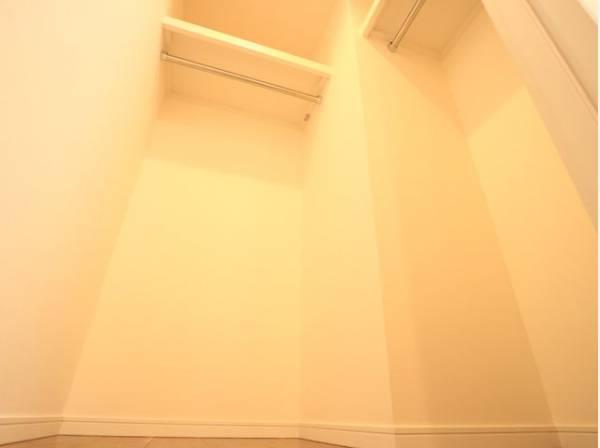 ウォークインクローゼットをご用意しております。洋服をしまう整理ダンスなどを置かなくてもいいので、その分お部屋を広く使うことができますね。
