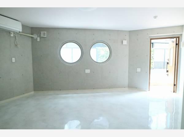 店舗・事務所仕様の1階部分。コンクリート打ち放し仕上げでデザイン性の高い空間が広がります。