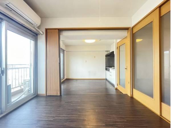 ダイニングとはアコーディオンカーテンで仕切られた洋室。全開にするとリビングとして利用できます。