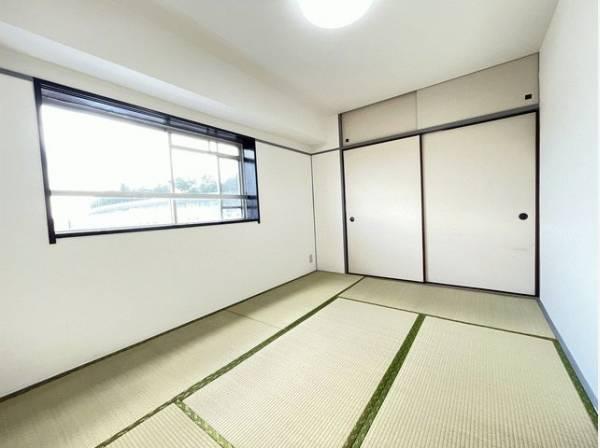 客間になったり、寝室になったりとなにかと便利な和室は約6帖。井草の香りがやすらぎを与えます。
