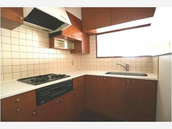 広々としたシステムキッチンは収納力があります。吊戸棚もあり、いつもすっきりとしたキッチンに。L型キッチンは作業効率が良いのが魅力ですね。