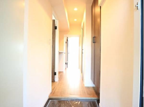 「行ってきます」と「ただいま」は、この玄関から始まります。ドアを開けると、清潔感のある室内がお出迎え。毎日の帰宅が楽しみになりますね。