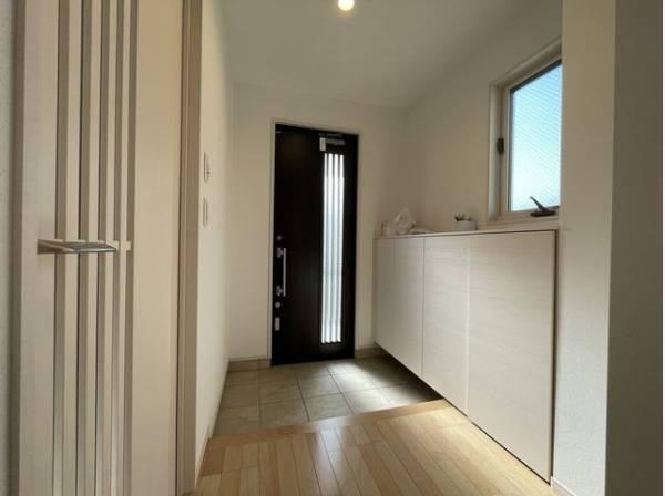 住まいの顔となる玄関は、落ち着きと華やぎの満ちた空間に。ご家族を見守り続けます。