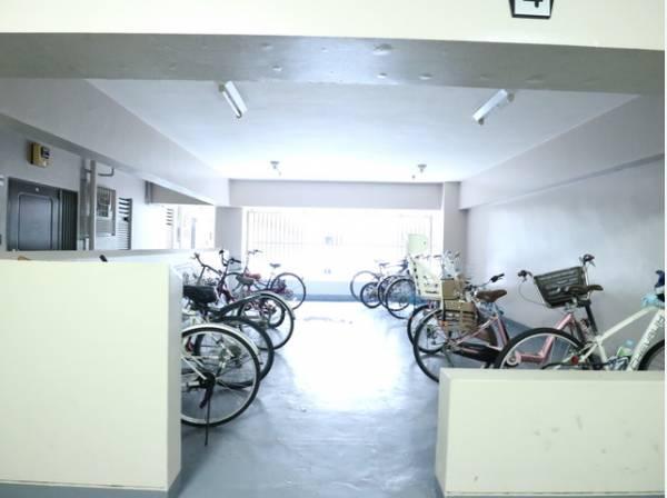 駐輪場は屋根付きなので雨から自転車を守ります。
