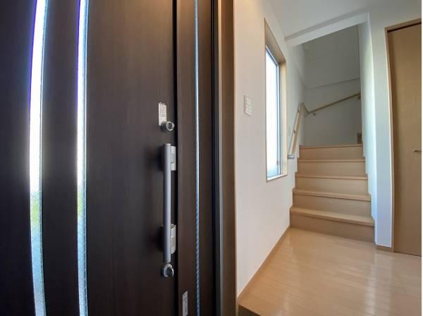 「行ってきます」と「ただいま」はこの玄関から始まります。ドアを開けると、清潔感のある室内がお出迎え。
