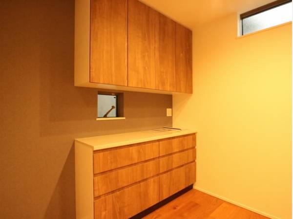 キッチンの後ろには収納をご用意いたしました。食器やキッチン家電、食材などをスッキリと収納できます。