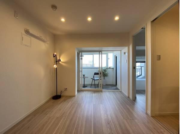リビングと隣接の洋室は、可動ドアを開くと広々空間になります。家族構成の変化にも柔軟に対応できます。