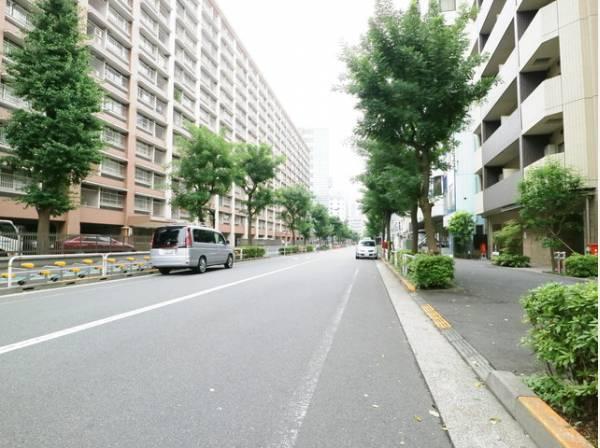通行や駐車の際に余裕がある前面道路。暖かい光が差し込む明るい居住空間です。風通しも優れているため過ごしやすい環境です。
